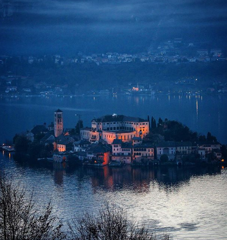 "Photo of Isola San Giulio in Piemonte of ""Het eiland van de stilte"""