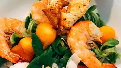 Photo of Josephine's Cucina : Salade met in limoncello gemarineerde garnalen en parmezaan-rozemarijntwisters